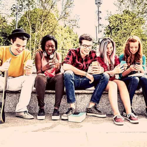 les usages mobiles. groupe de jeunes surfant sur les réseaux sociaux
